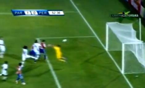 Raúl Fernández falla en la salida para que los paraguayos anoten el gol de la victoria